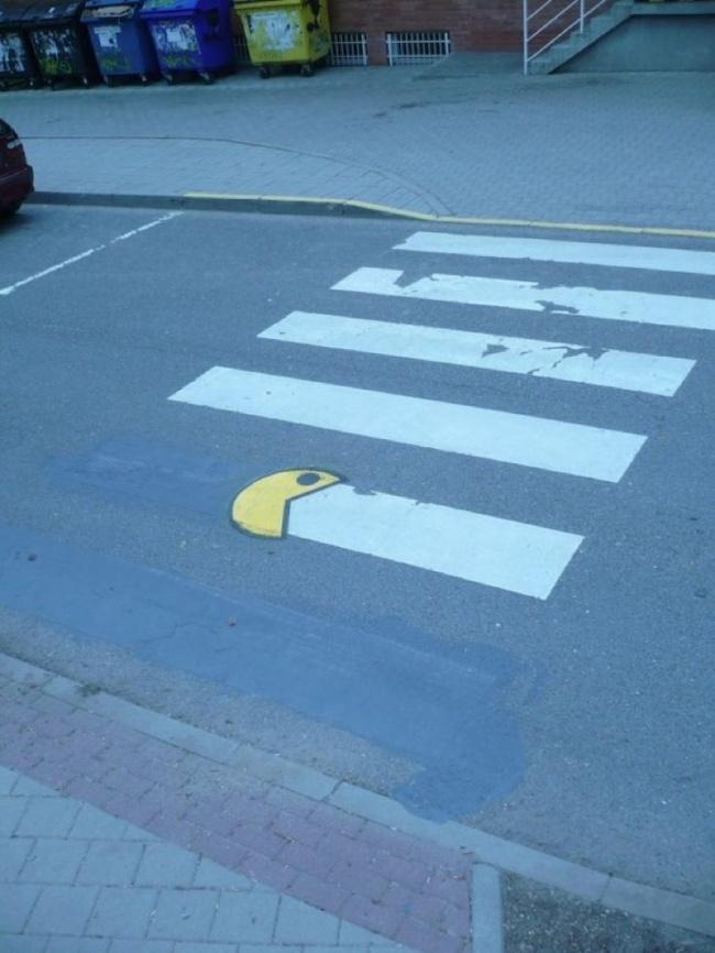 Aahhh..tidaaakkk, Pac Man sedang memakan garis zevra cross!!