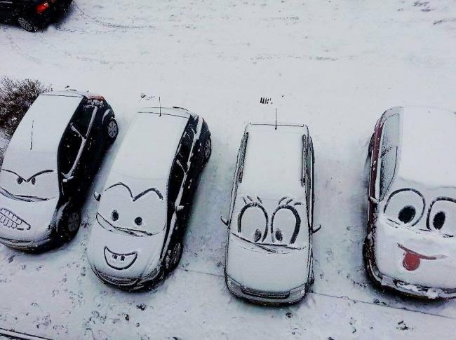 Mobil yang tertutup salju nggak selalu bikin boring kok, buktinya si pemilik mobil ini bisa menggambar mobilnya dengan emotocon.