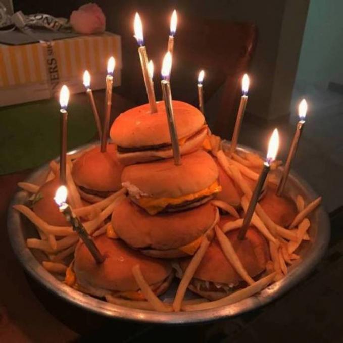 Ulang tahun nggak harus pakai kue tart gengs, alternatifnya adalah pakai burger. Sama-sama bikin kenyang kok.