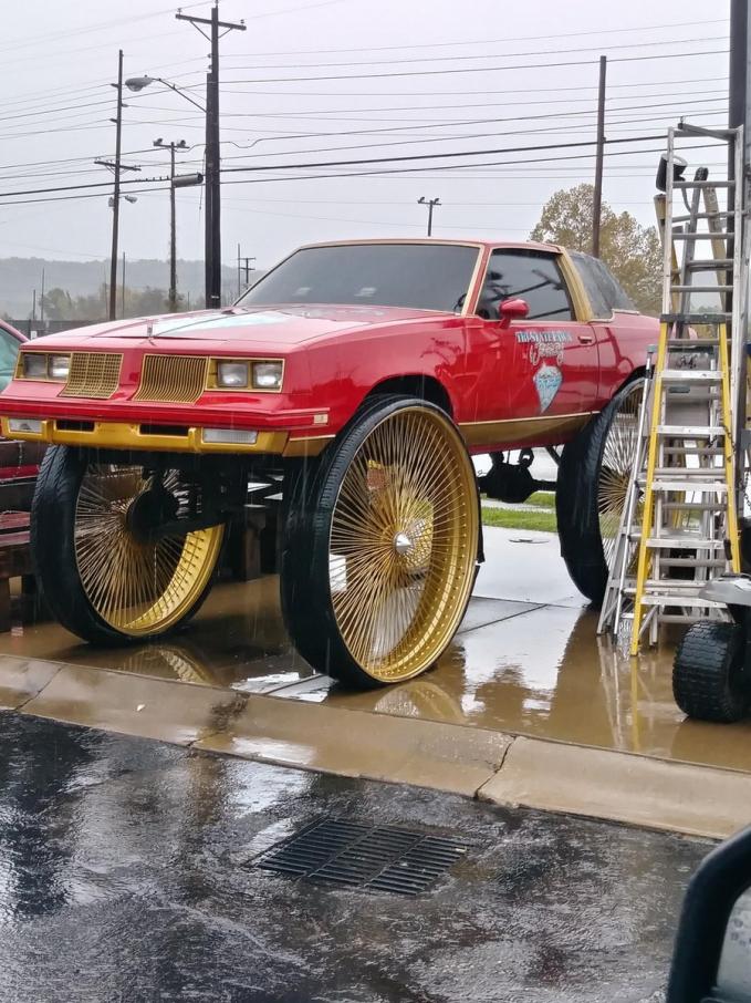 Kalau mobilnya pakai ban kayak gini dijamin anti banjir dan bebas mogok melibas banjir.