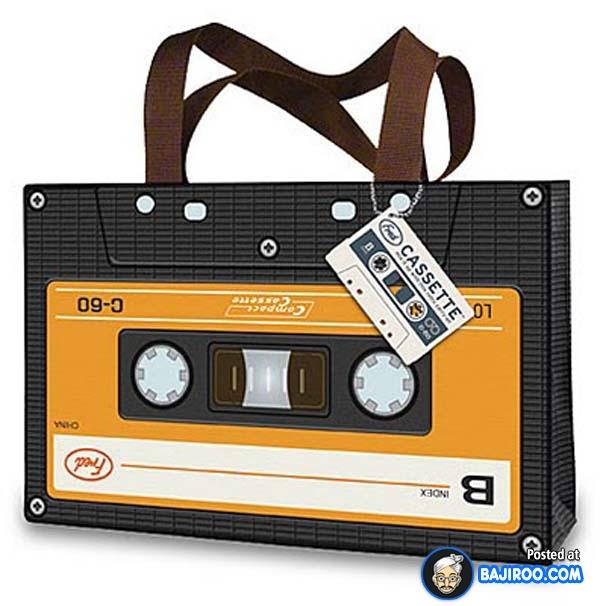 Kangen sama nuansa jaman dulu?. Tas berbentuk kaset pita ini sedikit mengobati kerinduan masa lalu.