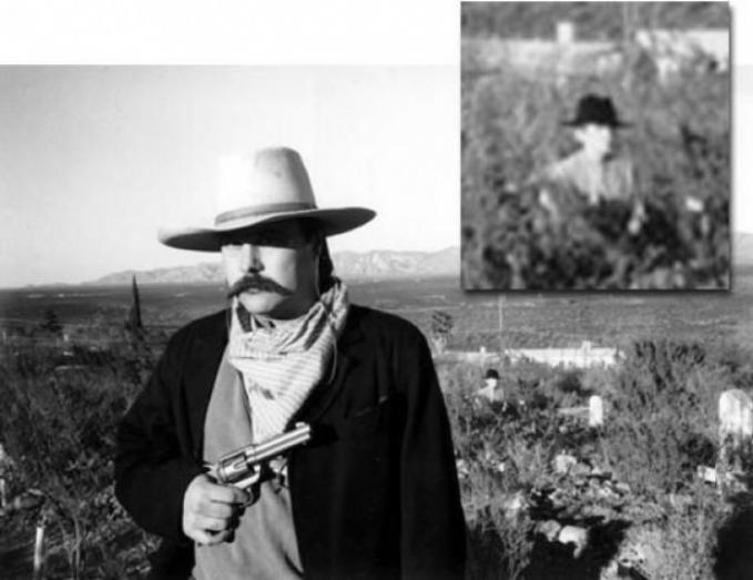 Jika di zoom, dibelakang pria yang sedang membawa pistol ini juga ada pria lain yang seperti memperhatikannya dari jauh. Dan tidak bisa dipastikan jika makhluk ini adalah manusia.