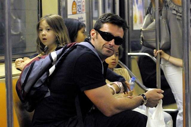 Penggemar film X-Men pasti Udah nggak asing lagi dengan Logan aka Hugh Jackman. Yup, dia pernah tertangkap kamera sedang naik Subway.
