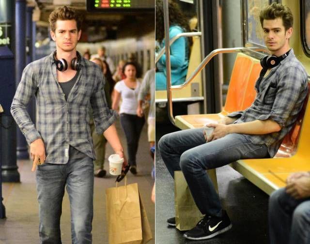 Siapa yang menyangka jika cowok yang memakai baju casual ini adalah Andrew Garfield. Dia pernah terlihat di stasiun dan menaiki kereta bawah tanah. Semoga nggak ada yang menganggap dia Spider-Man ya.