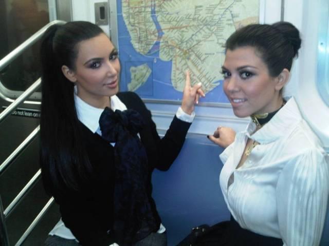 Walaupun hidupnya super mewah dan penuh kontroversi tetapi siblings Kim dan Kourtney Kardashian ini pernah menaiki kereta umum.