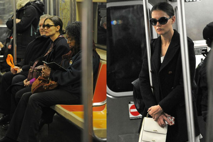 Ini adalah potret Katy Holmes dengan kacamata hitamnya saat menaiki kereta.