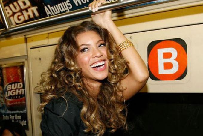 Bukan cuma Rihanna, seorang Beyonce juga nggak malu menaiki kereta malam. Wajahnya bahagia banget ya!