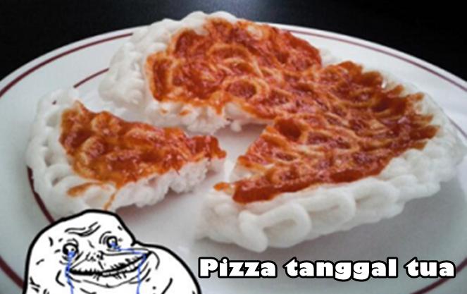 Siapa bilang anak kost pas akhir bulan nggak bisa makan enak? Nih, bisa kan makan pizza kerupuk. Kan yang penting judulnya pizza.