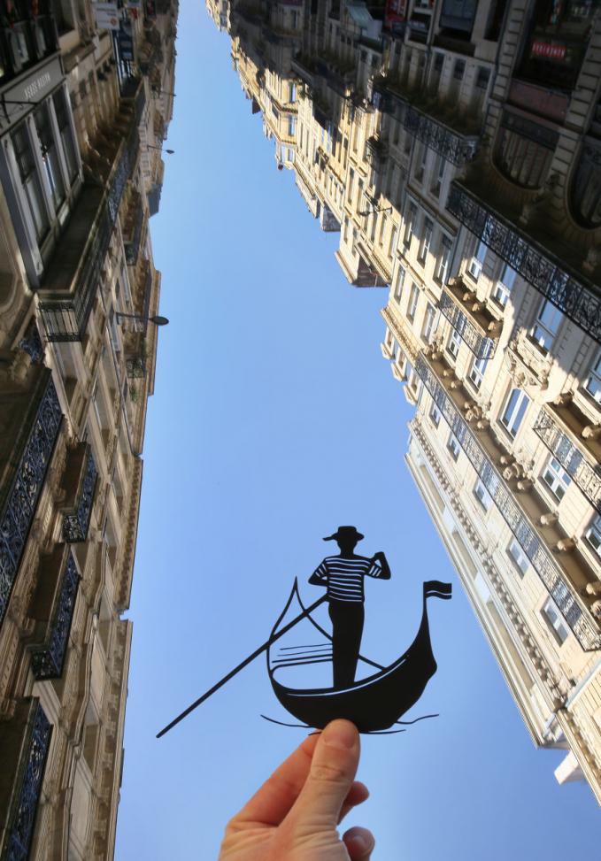 Langit biru seolah menjadi sebuah sungai untuk diarungi oleh perahu kecil.
