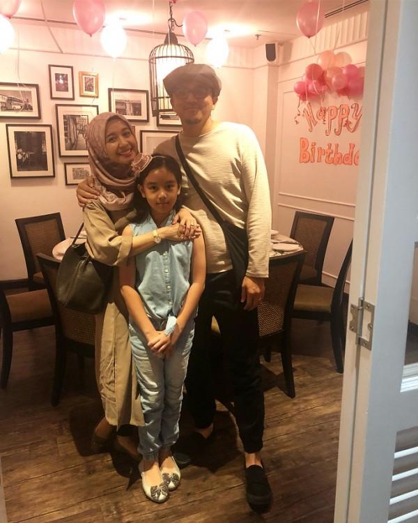 Siapa sih yang nggak senang melihat kedekatan Laudya Cintya Bella dengan si cantik Aleesya, anak dari sang suami Eungku Emran. Bella terluhat sangat menyayangi gadis kecil ini. So sweet.