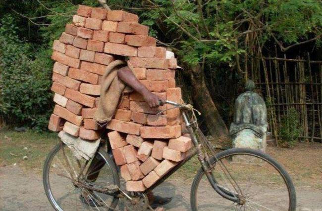 Konsentrasi dan jaga keseimbangan ya pak biar batu batanya nggak berantakan di jalan.
