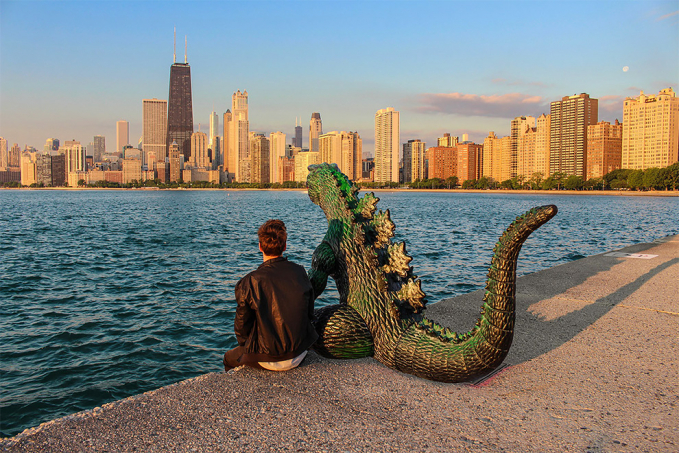 Kedua sahabat ini sedang menikmati sore sambil menunggu datangnya matahari tenggelam di pinggiran pantai tengah kota.