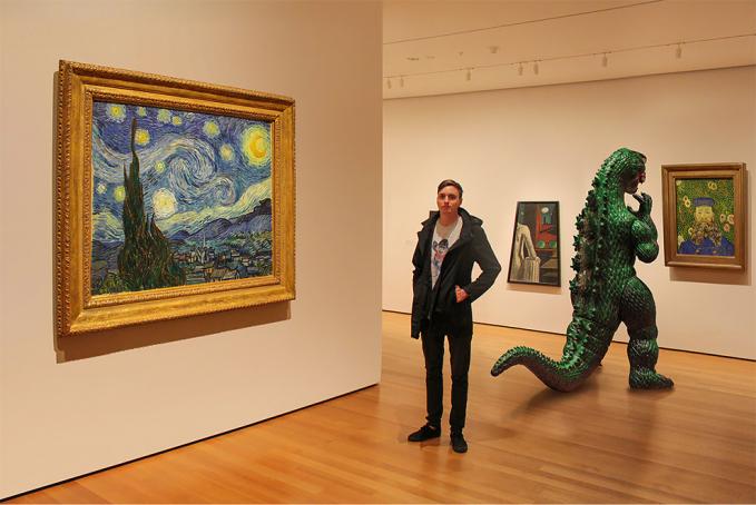Mereka juga bersama-sama mendatangi pameran lukisan. Wah..Ryan kelihatannya sedang menikmati seni yang ada di dalam lukisan itu.