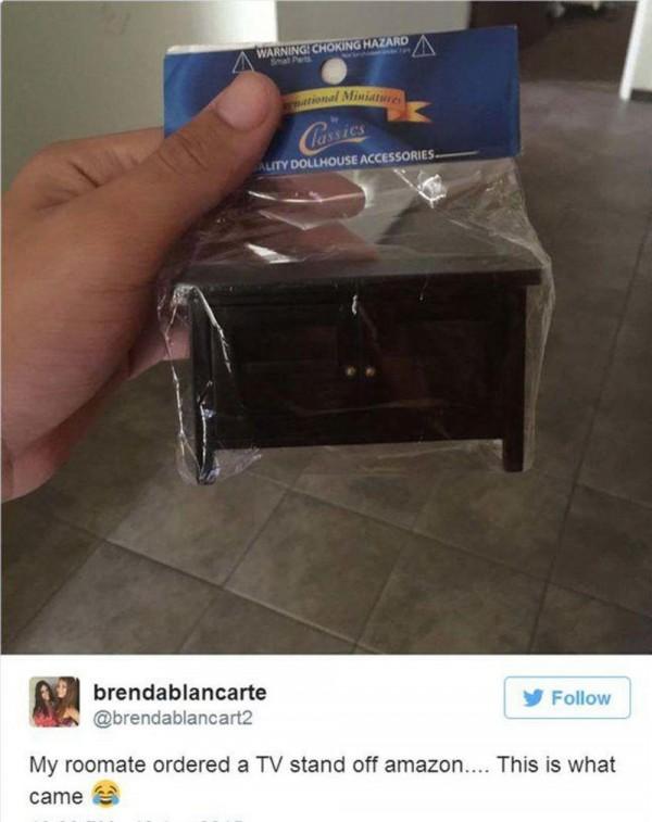 Meja ini sepertinya masih bisa dipakai, tapi buat meja TV nya Barbie.