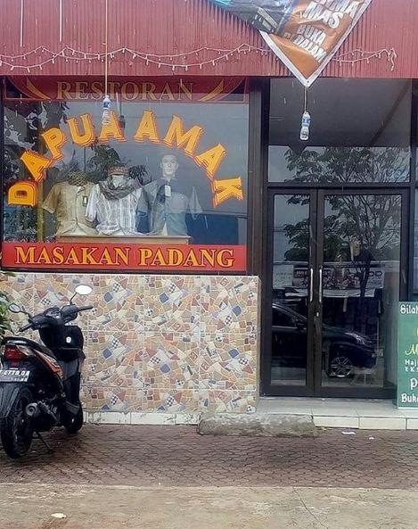 Ini sebenarnya toko baju atau rumah makan Padang? Gagal makan, jadi shoping baju deh.