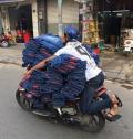 8 Aksi Menantang Pengendara Mobil & Motor Membawa Barang Bawaan Mereka