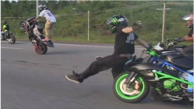 Coba-coba di balapan sama motornya sendiri. Dan ternyata pria ini berhasil menjadi pemenangnya.