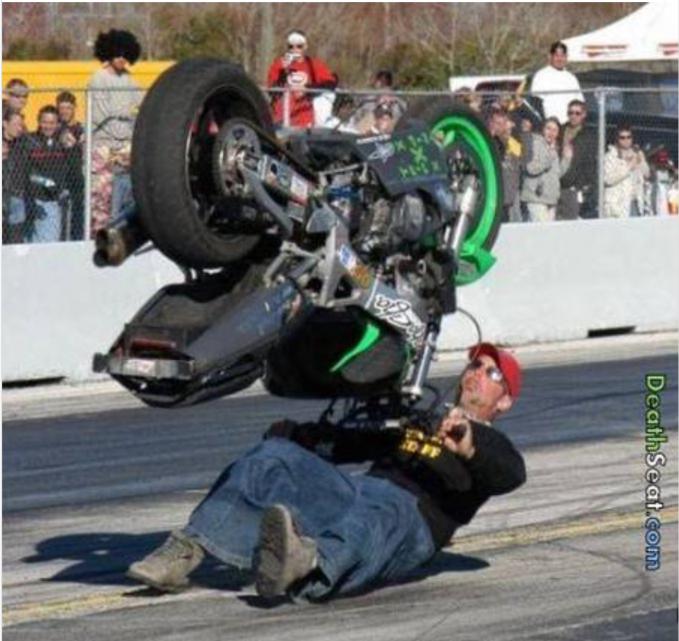 Hebat banget, pria ini berhasil mengangkat motornya dengan posisi terbalik.