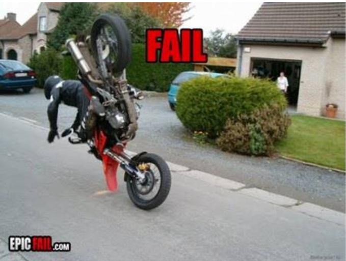 Aww..nggak bayangin deh kalau kepala pria ini mendarat duluan di aspal lalu tertindih motornya sendiri.