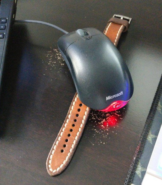Kalau kamu sering ngrasain laptop mati pas ditinggal bentar, kamu bisa meletakkan jam dibawah mousenya. Karena saat sensor infared bertemu dengan detik jam, tangkai detik tersebut akan terus menghidupkan infrared untuk mencegah laptop masuk ke dalam sleep mode.