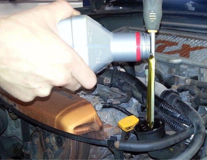 Saat mengisi oli kendaraan, kamu bisa menggunakan obeng (seperti pada gambar) agar olinya nggak tumpah-tumpah.