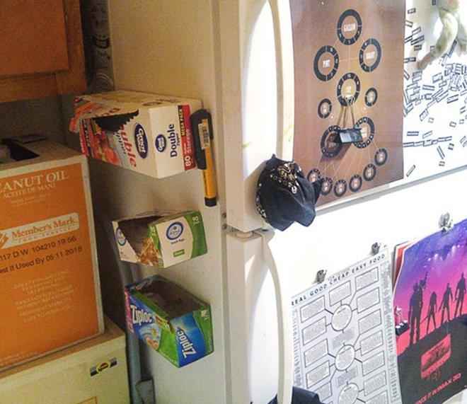 Agar barang-barang kecilmu nggak tercecer lagi, kamu bisa menempelkan magnet lalu tempelkan lembali pada kulkasmu.