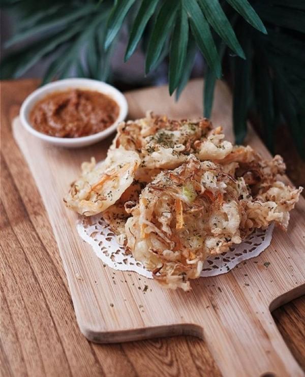 Kandoang Ada yang tahu nggak kalau di Kendari, Sulawesi Tenggara, bakwan sayur ini sering disebut dengan nama Kandoang?