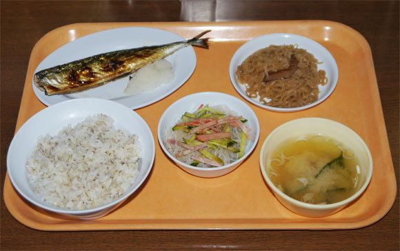Penjara di Jepang Makanan para tahanan di Jepang sangat diperhatikan oleh penjara. Selain bersih dan higienis, makanan di penjara Jepang ini sangat bergizi lho. Hal ini membuat para masyarakat penasaran dengan makanan yang dimakan oleh para tahanan. Sampai ada restoran di kota Abashiri, Hokkaido yang khusus menjual makanan penjara untuk menjawab rasa penasaran masyarakat Jepang.