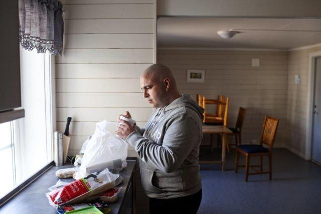 Penjara Skandinavia Penjara di Skandinavia membebaskan tahanan untuk memakan apapun yang mereka suka dengan memasak makanannya sendiri. Bahkan penjara ini juga memberikan uang saku untuk dibelanjakan di supermarket panjara. Hal ini mengajarkan para tahanan agar lebih memiliki tanggung jawab. Boleh juga ya peraturuannya.