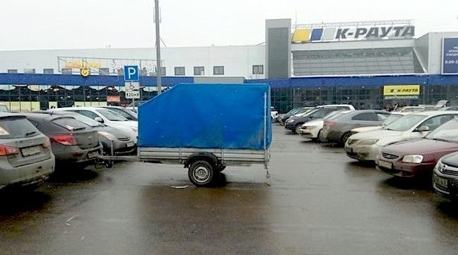 Kalau bawa barang tambahan di belakang dilihat lagi ya, jangan sampai menghalangi mobil lain kayak gini guys.
