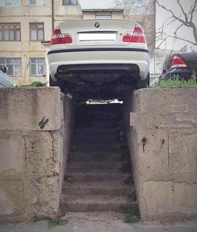 Atau sampai menutupi tangga seperti ini, kasihan kan orang yang jalan nggak bisa lewat?.