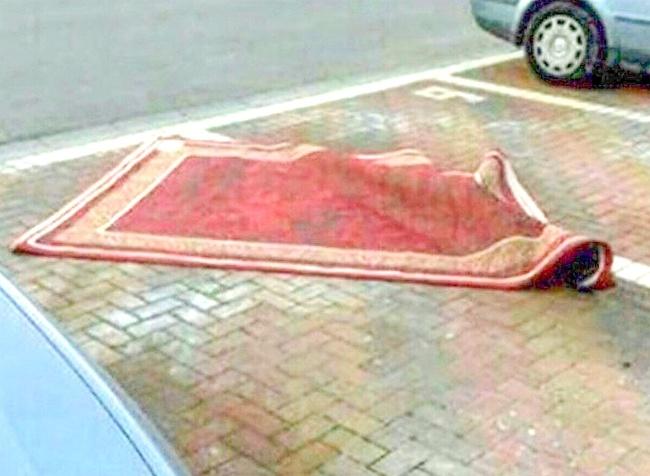 Waduh, si Aladin juga nggak mau kalah nih ikutan parkir karpet terbangnya di tempat umum.
