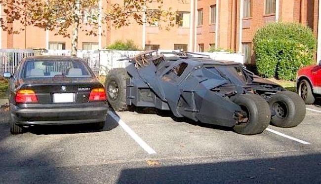 Jangan macam-macam sama mobil Batman ini kalau nggak mau ditabrak malah mobil kita remuk.