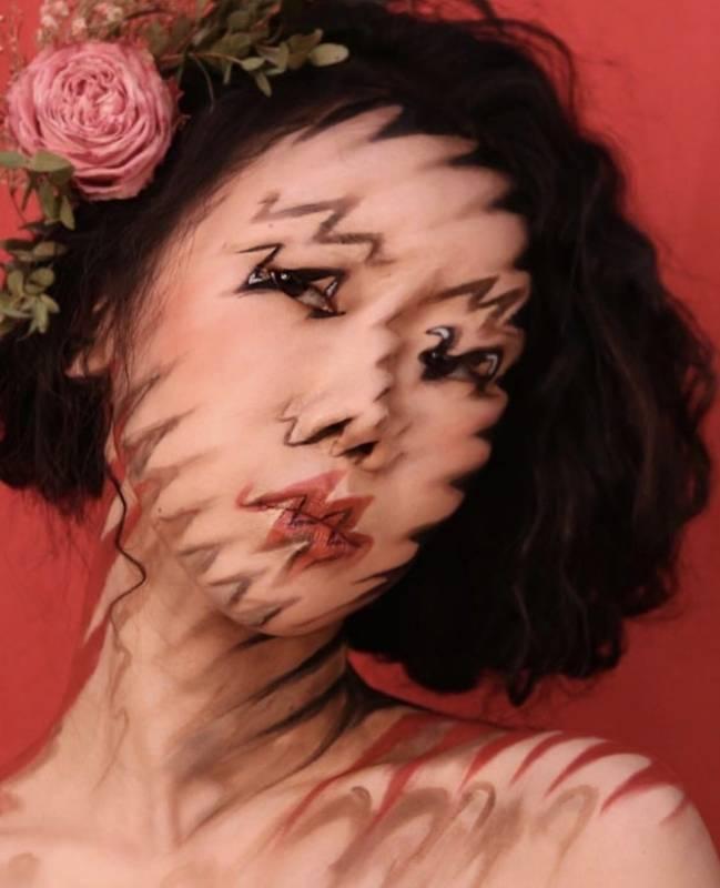 Jangan dipikir ini foto dengan editan Photoshop ya, karena sebenarnya wanita ini benar-benar mengaplikasikan makeup dengan efek ilusi optik sehingga membuatmu pusing saat melihatnya. Keren banget kan?!
