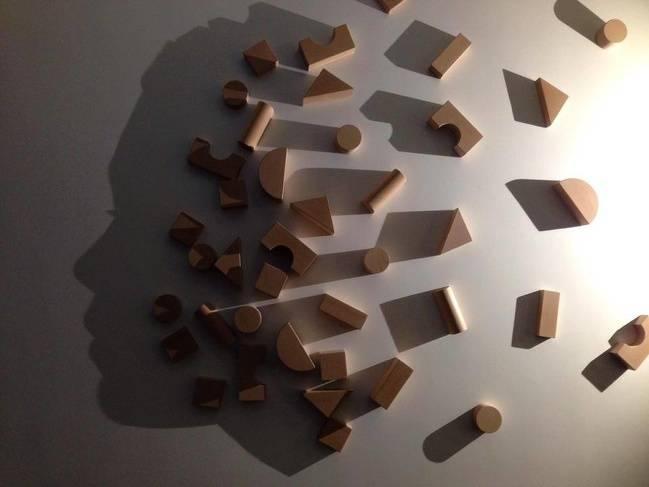Balok-balok yang ditempel di dinding ini jika terkena cahaya bayangannya bisa menyerupai siluet wajah manusia.