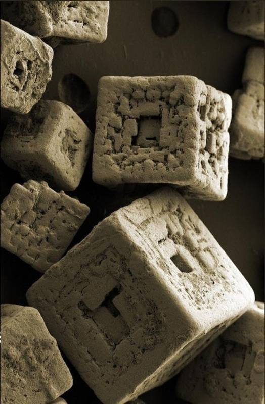 Ini bukan dadu monopoli ya, karena ini sebenarnya adalah serpihan garam yang dilihat dari mikroskop.