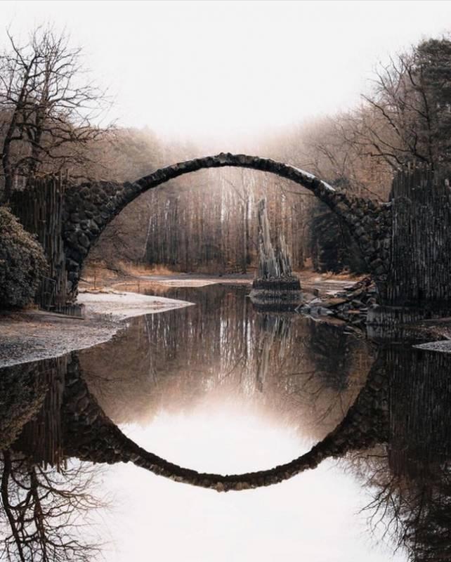 Pantulan dari jembatan ini bisa menyerupai lingkaran yang indah.