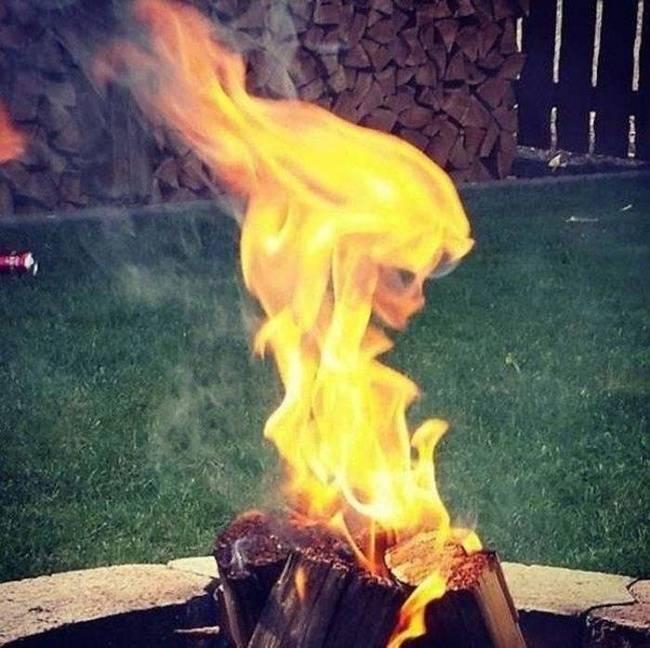 Kobaran api ini menyerupai wajah seorang perempuan dari samping.