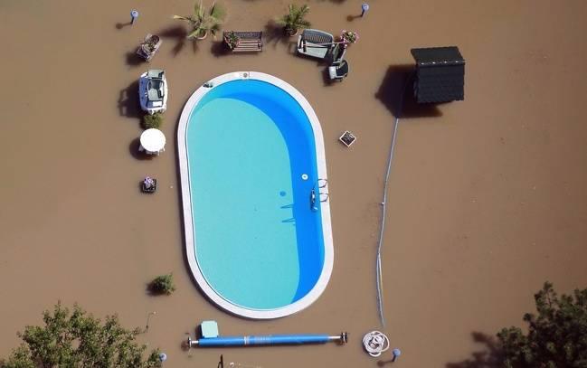 Ini adalah potret kolam renang yang disekitarnya sedang dilanda banjir.