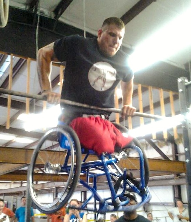 Terlahir tanpa kedua kaki juga tak membuat Zack Ruhl patah semangat. Walau menggunakan kursi roda, Zack berhasil menjadi seorang instruktur lho. Dan bisa melakukan push up dengan kursi rodanya.