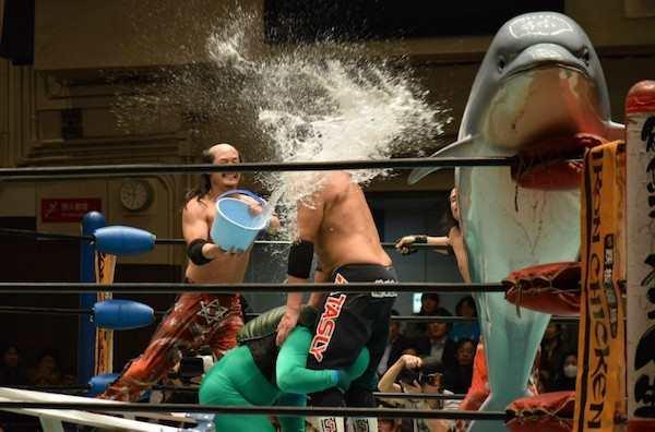 Gulat di Jepang nggak cuma baku hantam dan saling banting aja guys, tapi juga siram-siraman pakai ember begini nih.