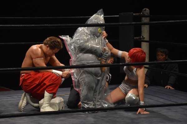 Waduh, udah mirip aksi Limbad aja nih pegulatnya di atas ring.