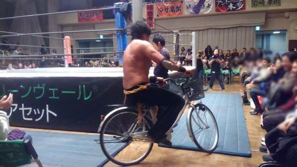 Nah, kalau Undertaker bawa motor Harley ke gelanggang sang pegulat kita malah bawa sepeda Pulsker. Biar ramah lingkungan kali ya?.