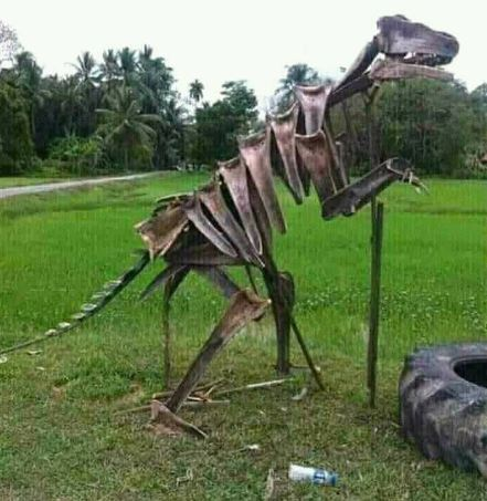 Jangan dikira ini kerangka dinosaurus beneran ya, karena ini adalah DIY bikin kerangka pakai pelek motor bekas. Super kreatif kan orang Indonesia?