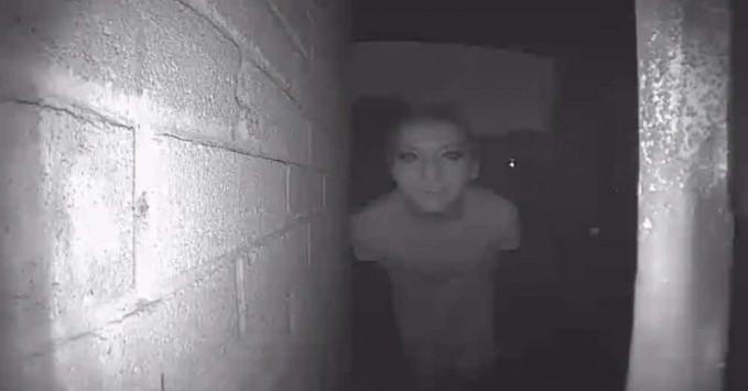 Sepertinya orang asing ini menyadari adanya CCTV. Wajahnya lumayan menakutkan.