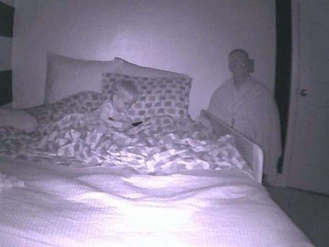 Walaupun itu ayahnya, tapi kalau dilihat dari CCTV, seram juga wajahnya.