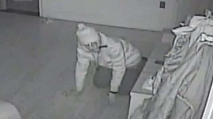 Seorang pencuri kedapatan menggigit pisau, dan aksinya ini terekam kamera CCTV.