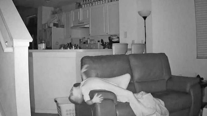 Seorang anak kedapatan sering bangun tengah malam berkat kamera CCTV.