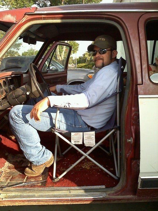 Walaupun berbahaya, pria ini tetap mengganti jok mobilnya dengan kursi absurd ini.