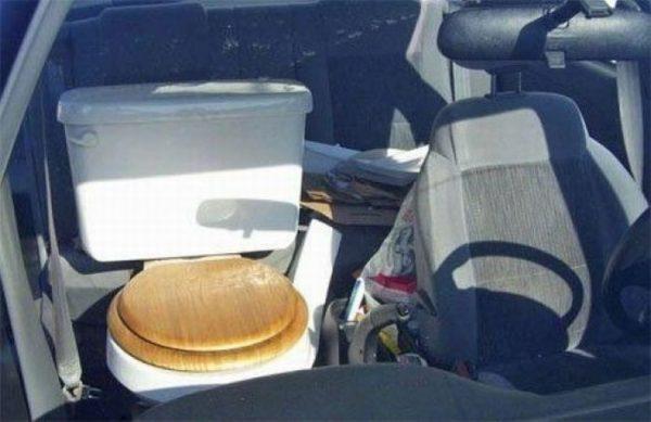 Yang ini malah lebih parah, jok mobilnya diganti dengan kloset duduk lho!